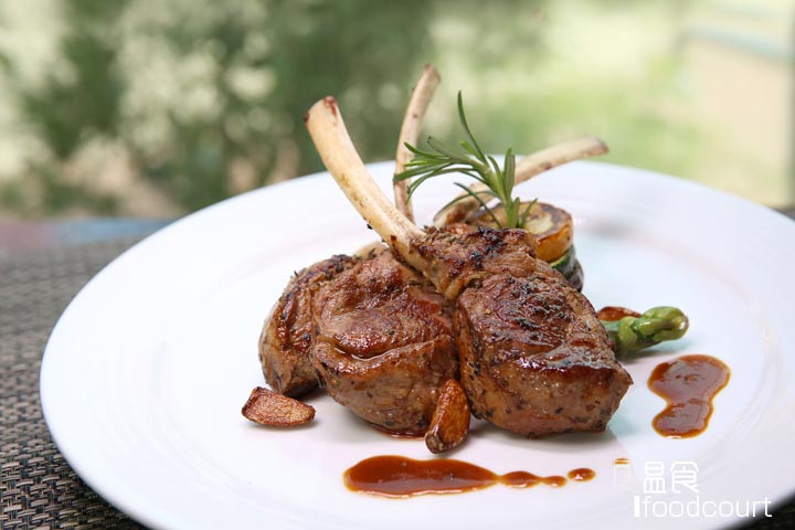 Roasted Lamb Chop with Rosemary Jus